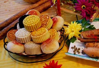 """月饼的由来  有道是:""""八月十五月正圆,月饼酥软香又甜。""""中秋节少不了吃月饼,月饼若不在中秋节吃,便"""