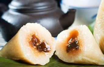 吃粽子同龙舟竞渡一样是端午节的重要风俗之一。  粽子是端午节必备的传统食品,就像过年必吃饺