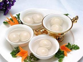 民以食为天,说元宵节,先从元宵说起。  南京人口中的元宵,原是包括了无馅与有馅的两种的。直到二十