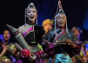 畲族  在我国东南部崇山峻岭中生活着一个古老纯朴的少数民族——畲族。根据2000年第五次全国人口普查统计