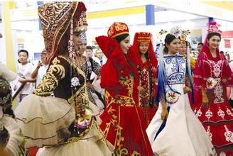 """柯尔克孜族  柯尔克孜族是集居于我国西北地区的一个少数民族。据史料记载,柯尔克孜族古称为""""坚昆""""、"""""""