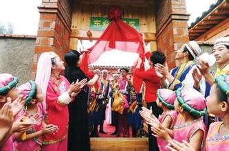 东乡族  东乡族人主要聚居于甘肃省临夏回族自治州的东乡地区,并以地区名为民族名,称为东乡族。2000年人