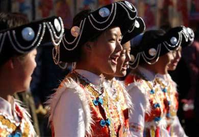 """普米族  普米族自称""""普英米""""、""""普日米""""或""""培米""""(""""白人"""")之意。古代汉文史籍称之为""""西番""""或""""巴"""