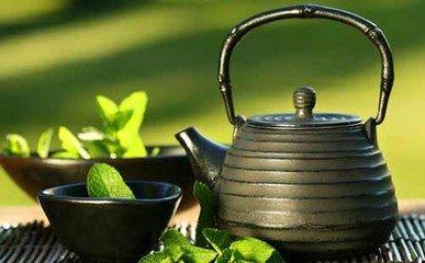吃药能喝茶吗  在许多情况下,吃药时不提倡喝茶,特别是在用硫酸亚铁,碳酸亚铁,铁,含氢的胺如氢氧化铝