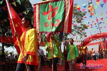 农历七月十五本是佛教的盂兰盆会,佛教教徒在这天要举办法会,祭奠祖先。京族群众在这一天也仿效汉族祭