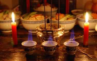 """七月十五是道教的""""中元""""日,佛教的""""盂兰会""""日,也是民间祭祖上坟、祭孤魂野鬼、放河灯的日子,可谓"""