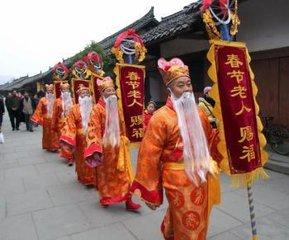 按照四川汉族传统春节习俗,从腊八庆丰日开始,腊月二十三或二十四日扫年、送灶。除夕团年,正月初一会