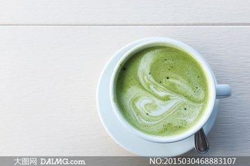 谈到绿茶和咖啡,这两者几乎没有什么相似之处:两者都可能是植物及其产品所产生的饮料,但它们的味道完