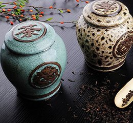 一般居家购茶,都是一斤半斤地拿回家来,然后慢慢泡饮。这就牵涉到茶的保存问题。藏茶不周,直接关系到