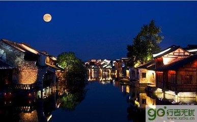 """农历八月十五为中秋节,时值三秋之半,月亮最圆最明,古人以圆月为亲人团聚的象征,故又名""""团圆节""""。"""