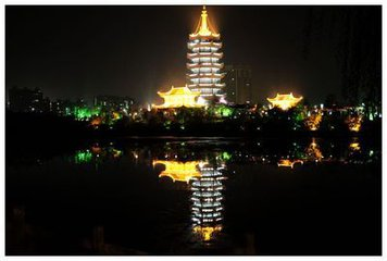 """农历八月十五为中秋节,又称""""团圆节"""",强调家人团聚。应节食品为月饼、鸭子。这一天怀化各家以鸭子为"""