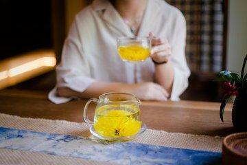 什么是菊花茶?  菊花茶已经存在了一千多年,据信起源于中国的宋代。菊花茶还有许多令人印象深刻的健康益
