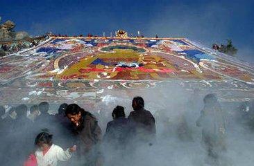 """藏族是唐代迁入酒泉的少数民族,主要信仰藏传佛教。藏族的主要节日有:洛萨节  藏族称新年为""""洛萨"""""""