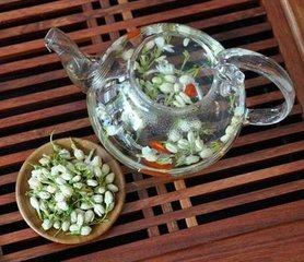 茉莉花茶是一种改良形式的绿茶,带有茉莉花香,而经济实惠的选择则用茉莉花油或茉莉花提取物调味。如果