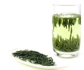 什么是绿茶  绿茶是一种收获后迅速保存的茶。虽然红茶叶在采摘后会被氧化,但绿茶叶会立即被加热以防止氧