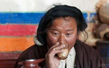 我国地大物博,人口众多,茶叶种植区域广阔,种类繁多。由于各地区各民族生活习俗不同,喝茶习俗也不同