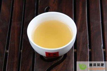 每天喝半杯茶会使高血压风险降低一半  根据一项针对中国饮茶者的新研究,每天只喝半杯绿茶或乌龙茶可以将