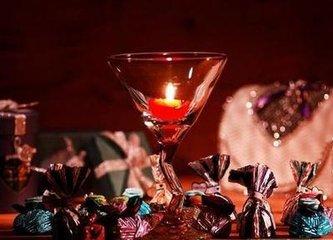 元月1日的新年庆祝活动刚结束,美国的商人和店主立即开始推出一件件五颜六色的情人节商品招徕顾客了,货