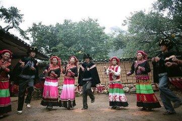 """农历七月的中元节纳西族""""烧包""""祭祖,纳西语叫做""""珊美波祭"""",一般是在七月十三日、十四日两天举行。"""