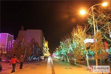 """元宵节瓜州人又叫""""花灯节""""""""龙灯节""""。在民间家家扎花灯、挂花灯,异彩纷呈。十五日夜晚,灯盏楼阁,"""