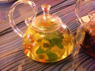 什么是枸杞菊花茶  这是一种用菊花,枸杞制成的传统中国茶。传统上,枸杞菊花茶是用冰糖加糖的,但你可以