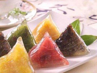 粽子是中国传统的节日食品,农历端午节前后上市。由于各地的口味和饮食习惯不同,粽子的用料和风味也因