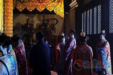 广州越秀山南麓的三元宫,是广州最大的一座道教庙宇。  它原是东晋时代南海太守鲍靓所建的越秀书院,