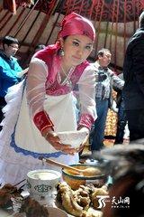 哈萨克族奶茶  哈萨克族主要居住在新疆维吾尔自治区天山以北的伊犁、阿勒泰,以及巴里坤、木垒等地,