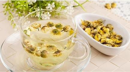 菊花茶是由干菊花制成的温暖的草药饮料。菊花茶具有微妙的花香和清淡的口感。菊花茶长期以来一直用于中