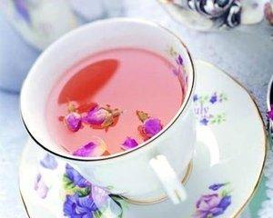 花茶,也称为开花茶,手工打茶,花茶是一种茶,是将桂花,茉莉,菊花和苋菜等各种花卉被包裹在黑色或绿