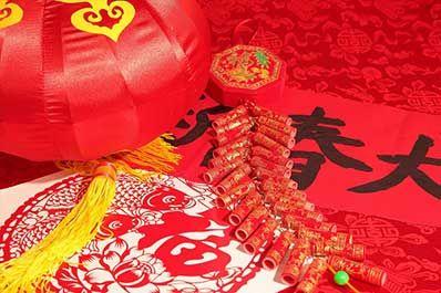 北京春节的习俗  除一般年俗外,庙会也为旧时北京过年的主要习俗,是真正活着的民俗,很多学者将庙会称为