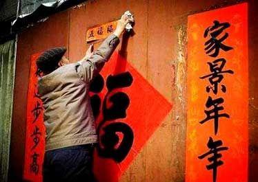 """""""有吃无吃,买纸贴壁""""是浮梁农村一些人对春节布置家居的一种俗称,实际上就是指贴春联、换门神、壁画"""