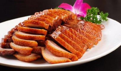 仫佬族中元节举行时间从农历七月初七到七月十五。七月初七,各家将祖先神灵接回家中,在香火台下另立牌