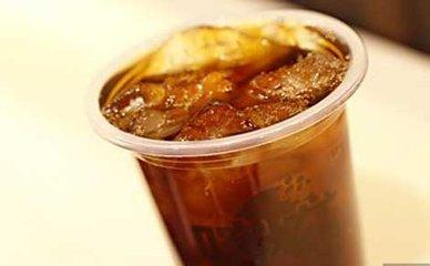 阿萨姆红茶是印度红茶,以其麦芽味和鲜艳的色彩而闻名。长扭曲的黑褐色芽构成了阿萨姆红茶的典型外观。
