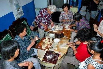农历七月十五是民俗节日中的一个综合性大节中元节。佛教称为盂兰盆节,民间称之为鬼节或麻谷节。  道
