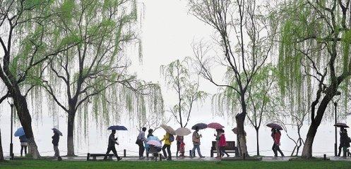 春潮雨  独怜幽草涧边生,上有黄鹂深树鸣。  春潮带雨晚来急,野渡无人舟自横。  ——唐·韦应物