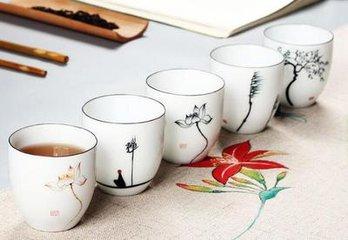 喝茶叶有什么好处  无论什么季节,喝茶都可以是一种美味的饮料,因为茶可以是冰镇或热的。  但茶叶的好