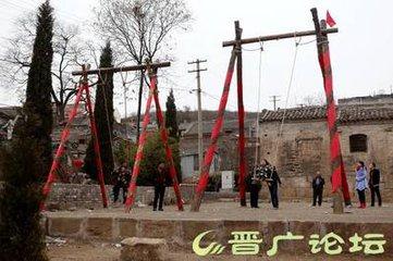每年元宵节期间,武安、涉县、磁县一带的城乡群众有荡秋千的习惯。一过正月初十,人们就开始在村街口开