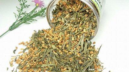 玄米茶是一种带糙米粒的日本绿茶。一旦酿造,这种茶具有淡黄色调,并且饮用相当温和。味道坚果,有烤米