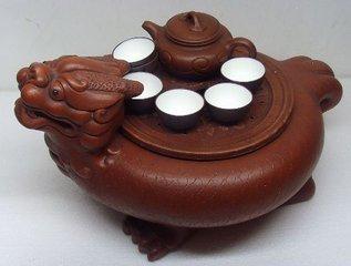 中国茶具种类繁多,造型驰名中外。历代各国权贵巨富争相以占有中国茶具为荣。而宜兴紫砂陶茶具、景德镇