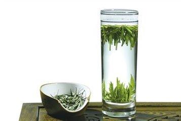 怎样泡茶?下面介绍怎样泡茶的方法。  泡茶方法,涉及到水的选择和冲泡方式方法。茶叶的优劣最终是要