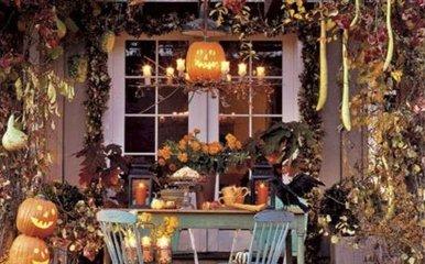 黑色和黄色是传统的万圣节颜色,这在家家户户的节日装饰上最能体现出来。传统的家庭会在家里放一些南瓜