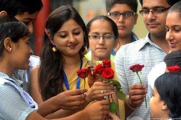 印度教师节简介  自远古以来,印度人一直尊重和崇拜他们的老师。早些时候,我们曾经打电话给我们的老师&#