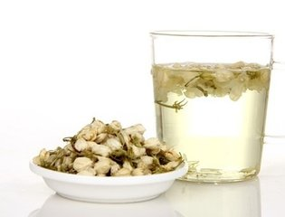 茉莉花茶是绿茶吗  茉莉花茶是通过将茉莉花与绿茶结合而制成的,因此最终产品仍含有咖啡因,尽管含量较低