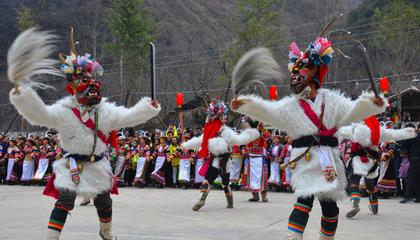 薛堡寨白马人元宵节:跳麻昼、池哥昼、迎五谷(火把)、敬庙神、跳火圈舞,吃骨头肉、蒸馍,喝青稞酒。