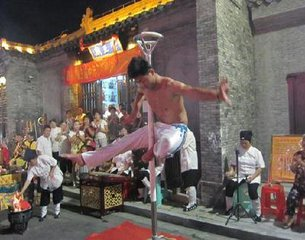 斋、醮是道教的宗教仪式,斋是为道士修行而作,亦有为供养祖先和祈求国泰民安而举行这种仪式的,醮是为