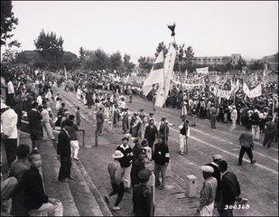 国际劳动节的由来  五月一日,是国际劳动节,是全世界无产阶级团结战斗的节日。  十九世纪八十年代,美