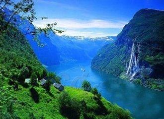 挪威的情人节  挪威是一个在空气中呼吸浪漫的国家。挪威拥有美丽而陡峭的山脉和深邃的湖泊,是享受情人节