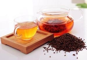 决明子来自决明子植物,是一种着名的中草药。将这些种子干燥并用于制作具有甜味和苦味的决明子茶。几十