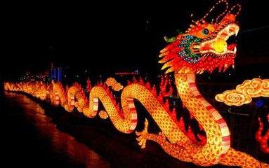 正月十五是一年中第一个月圆之夜,按民间传统,在天上皓月高悬的夜晚,人们要点起彩灯万盏以示庆贺。在
